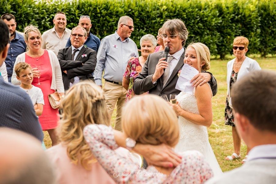 Photos de groupe avec le discours des mariés aux invités