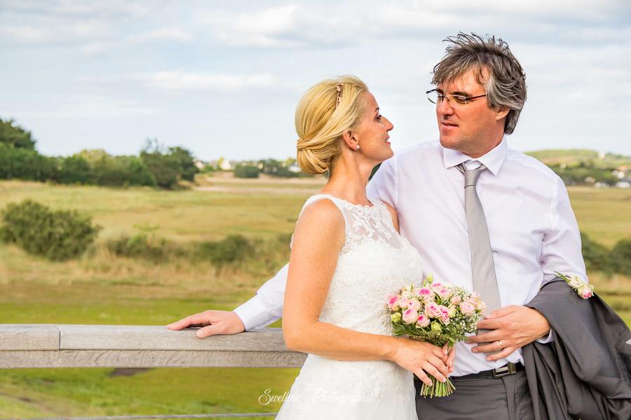Photo de couple des mariés en extérieur