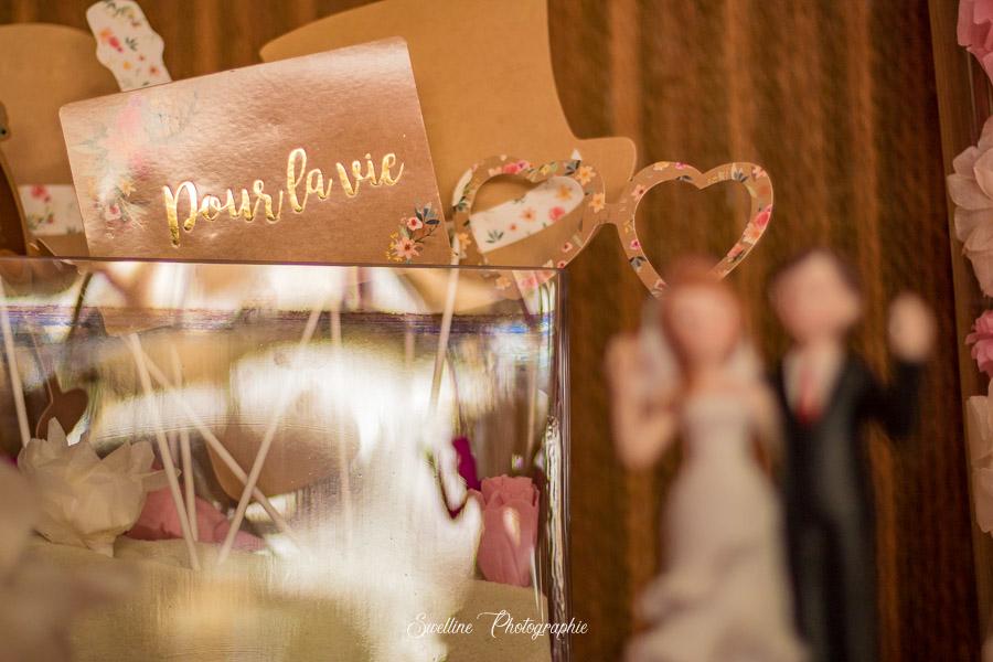 """Carte """"pour la vie"""" sur la table de cadeaux de mariage"""