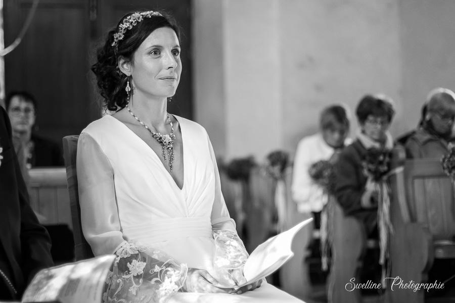 Photo de la mariée assise à l'église