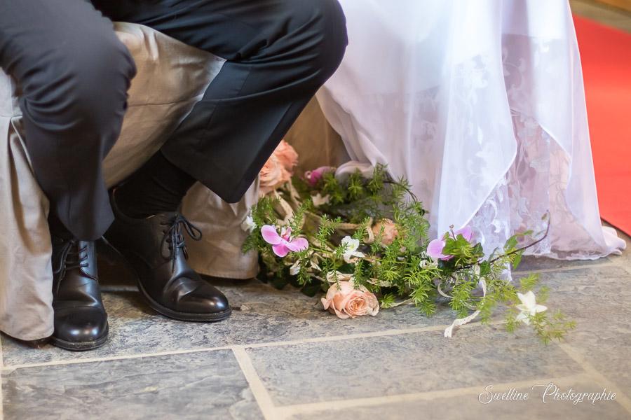 Le bouquet déposé aux aux pieds des mariés à l'église