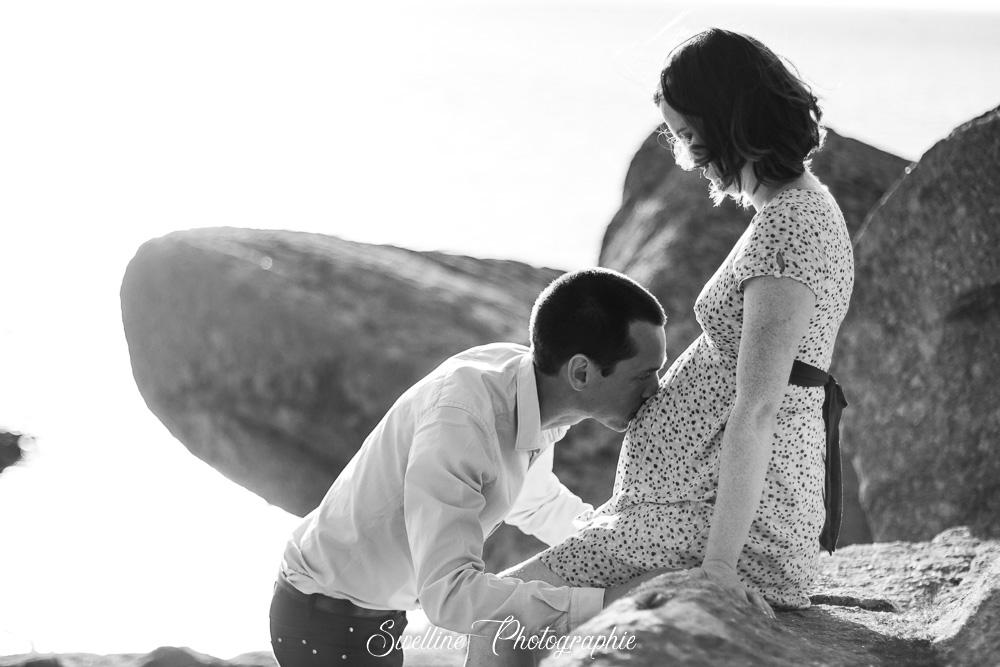 Photo de grossesse en couple en extérieur, bisous sur le ventre