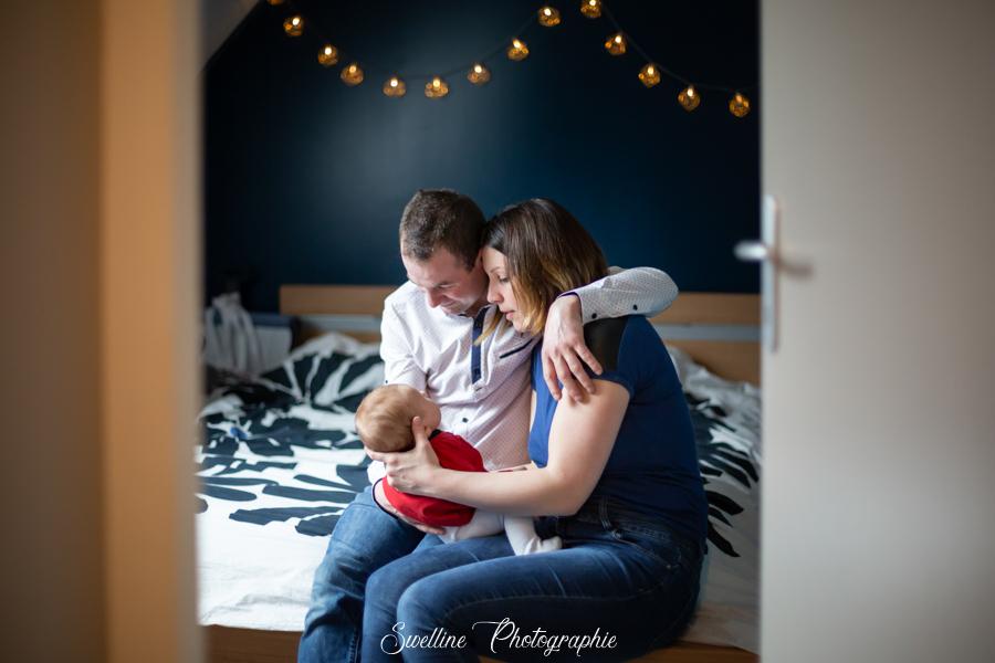 Photographie de couple avec bébé dans la chambre
