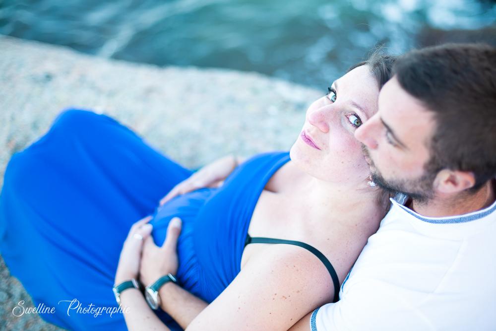 Photographie de grossesse en couple en extérieur