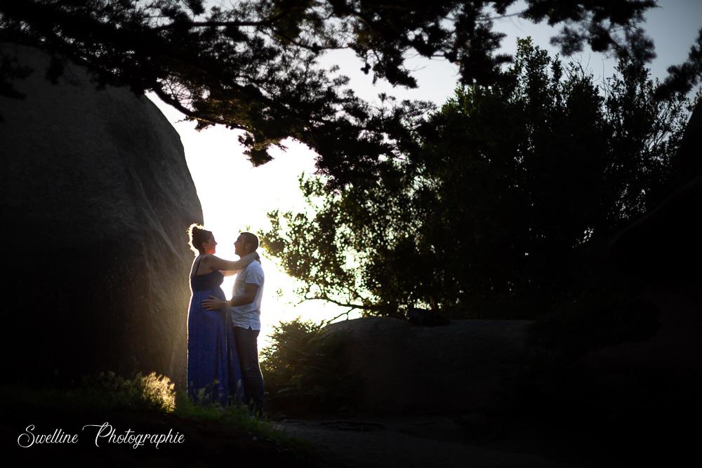 Photos en extérieur de couple, grossesse en contre jour