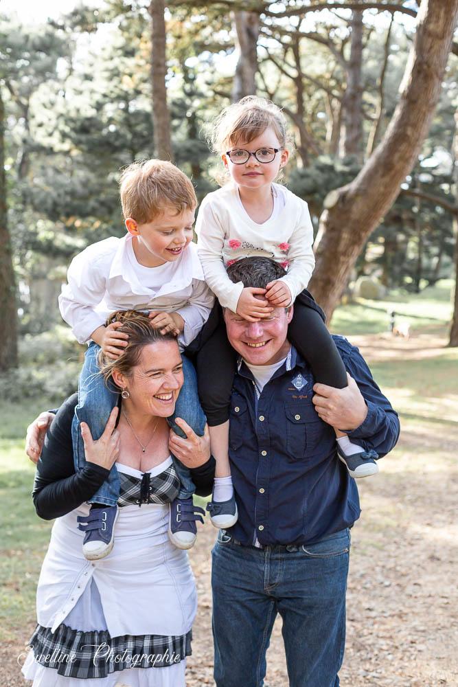 Photographie de famille lifestyle en extérieur