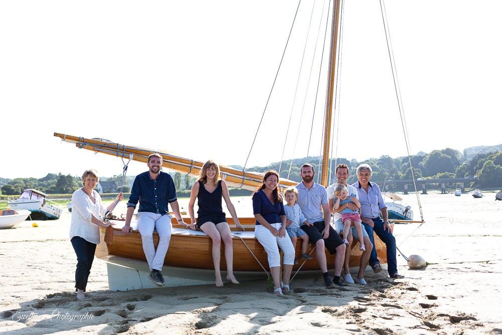 Photographie de famille en bord de mer, sur un bateau