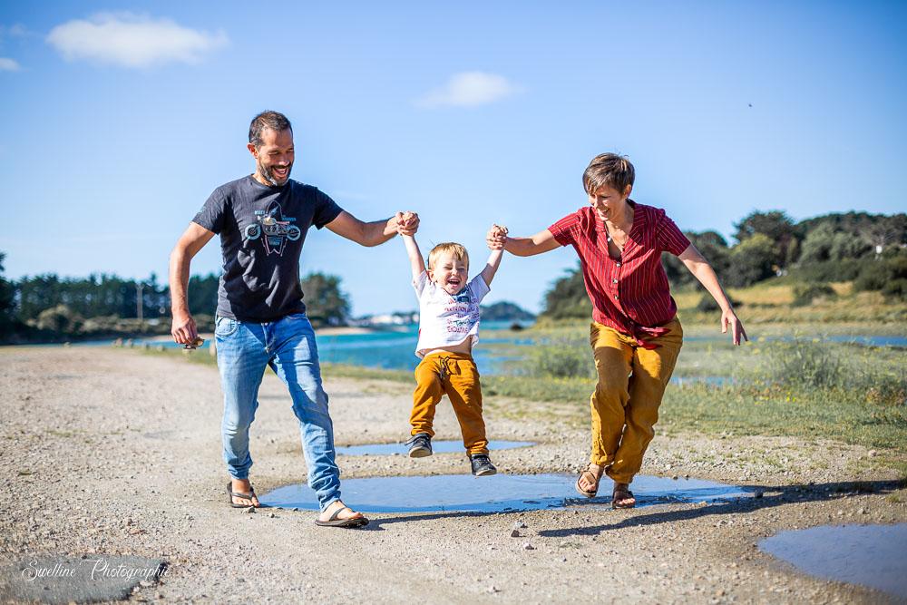 Photographie de famille en extérieur, jouant à sauter