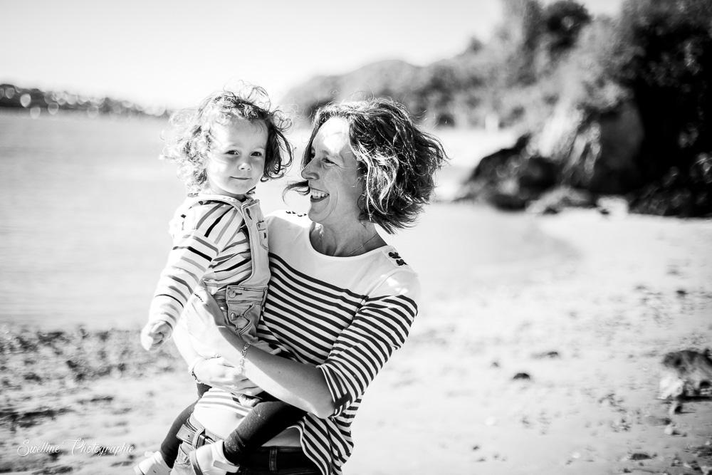 Photographie d'enfant avec sa maman en extérieur