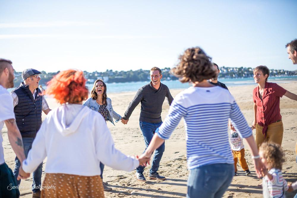 Photographie de famille en bord de mer qui danse
