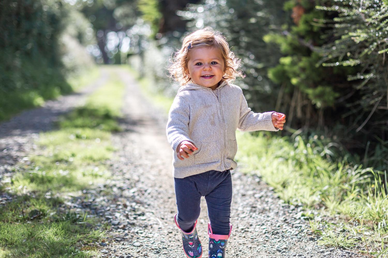Photographie enfant qui courre et rigole