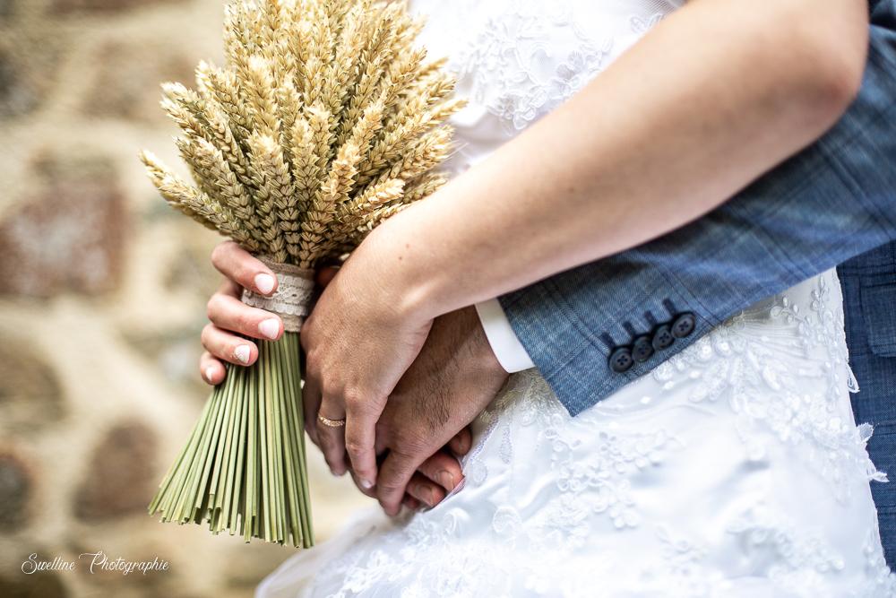 Photos de couple, des mains des mariés avec le bouquet