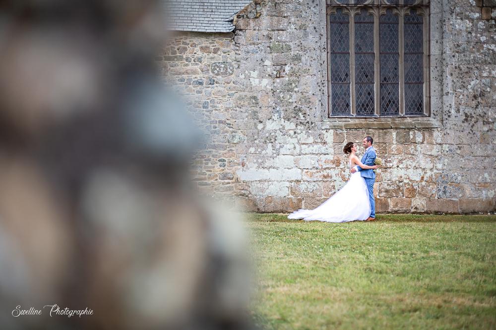 Photo de couple des mariés dans le jardin de l'église