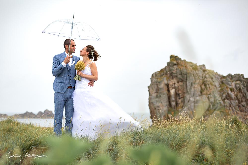 Photos de couple sous la pluie, mariage à Plougrescant