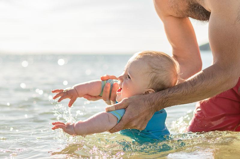 Photographe professionnelle parent bébé plage