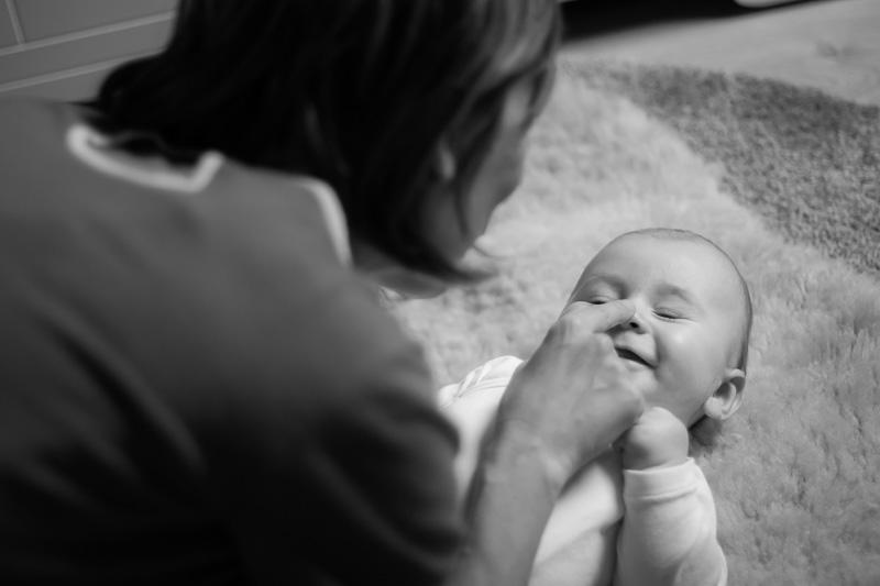 Photographe professionnelle parent bébé naissance