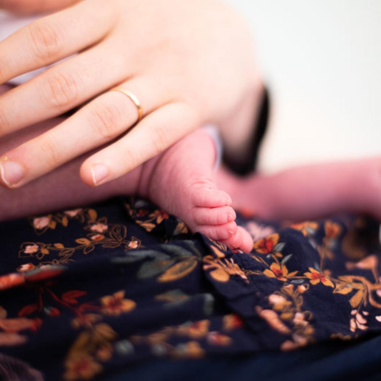 Photographe professionnelle naissance pied bébé