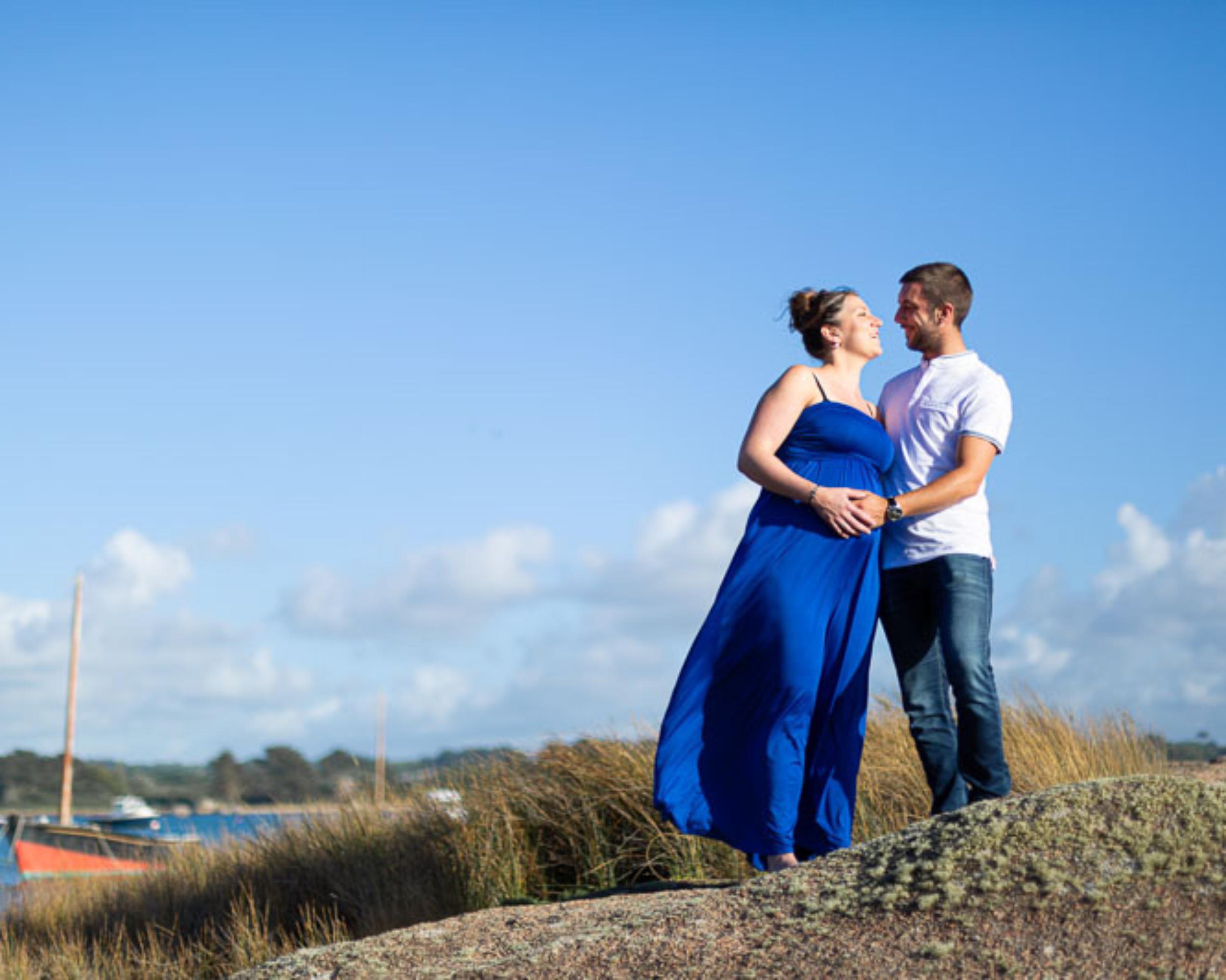 Photographe professionnelle couple grossesse extérieur