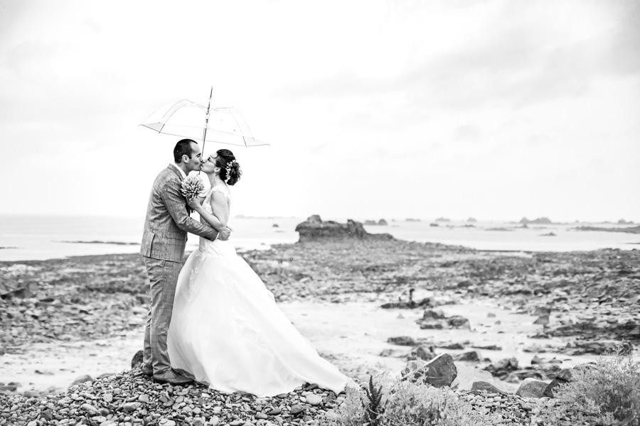 photo romantique de couples des mariés à Plougrescant sous le parapluie
