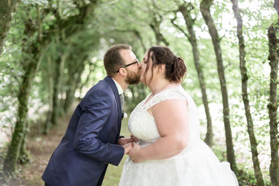 photo de couple des mariés au chateau de Rosanbo, l'allée couverte