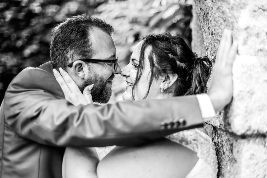 photo de couple des mariés au chateau de Rosanbo