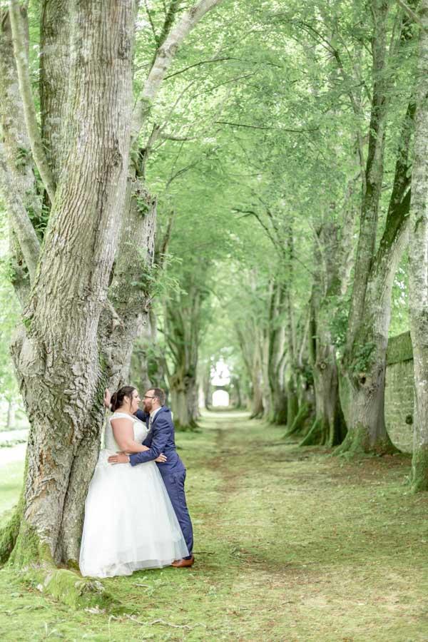 photo de couple des mariés au chateau de Rosanbo, allée boisée