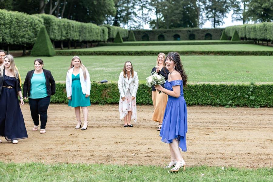 L'heureuse élue du lancé de bouquet de la mariée