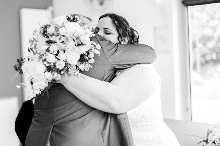 la mariée enlaçant son père