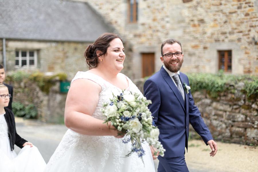 les mariés marchent mains dans la mains