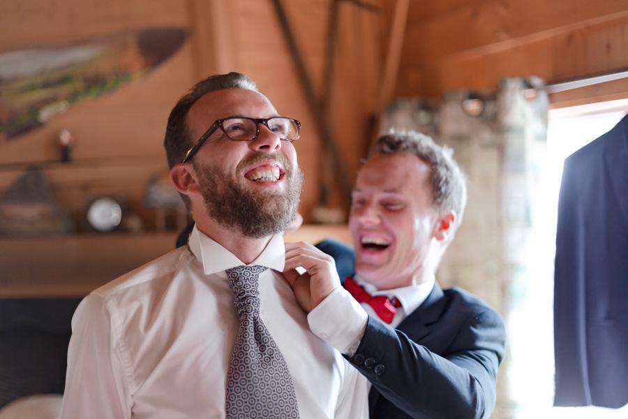 Préparatifs et habillage des mariés, la joie