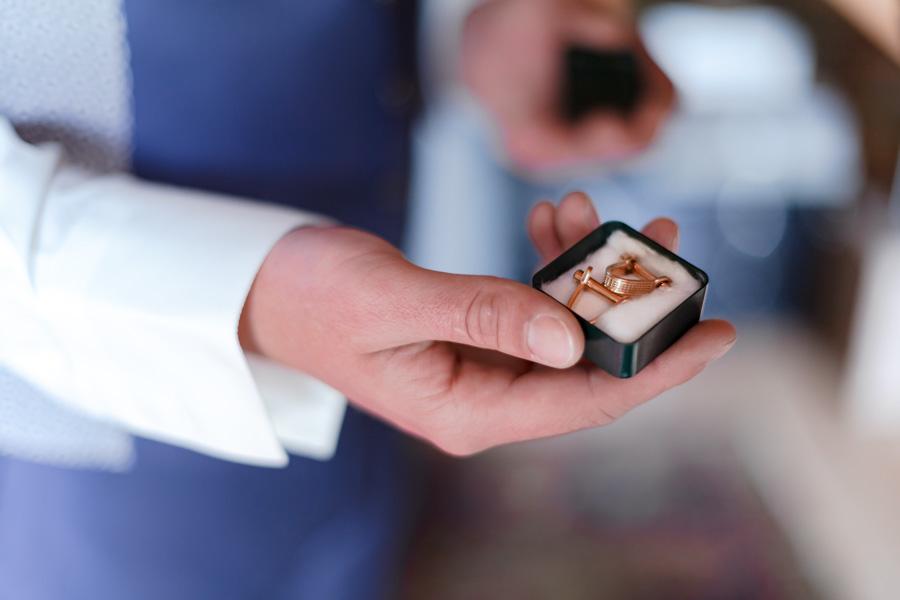 Préparatifs et habillage des mariés, détails bouton de manchette