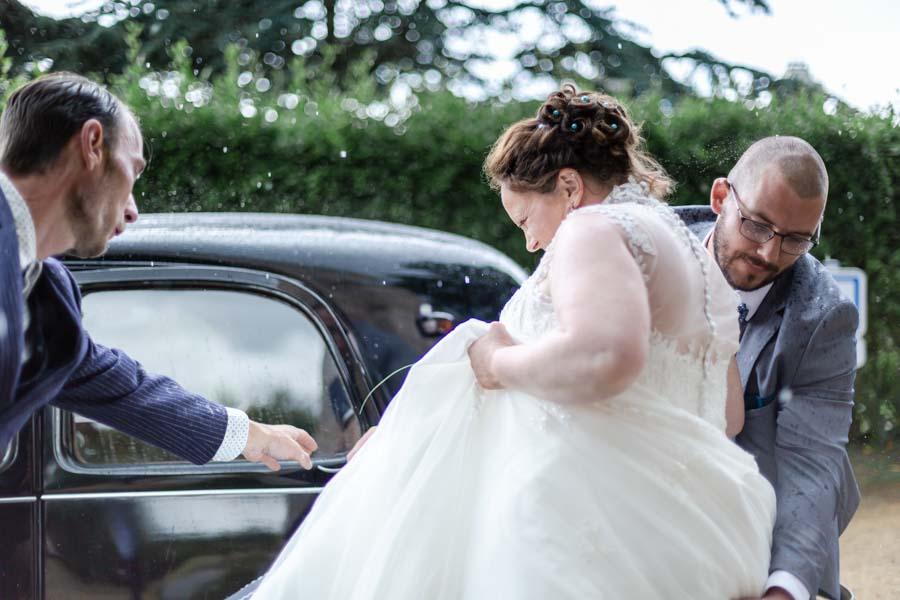 départ en voiture des mariés sous la pluie Ile grande Pleumeur-Bodou
