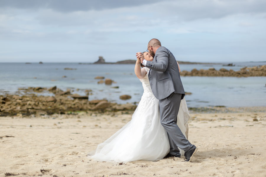 photo de couple des mariés sur la plage à l'Ile grande à Pleumeur-Bodou