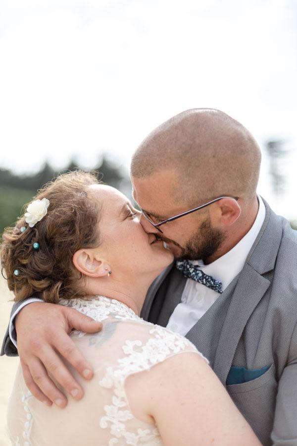 Photo de coule des mariés s'embrassant sur la plage de L'ile Grande