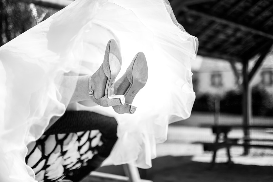 chaussure de la mariée sur la balancoire lanmeur