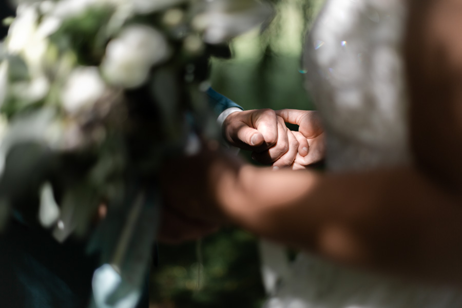 les mains des mariés entre ombre et lumière