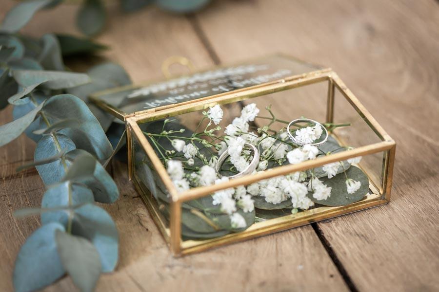 Ecrin en verre et métal doré alliances gypsophile eucalyptus
