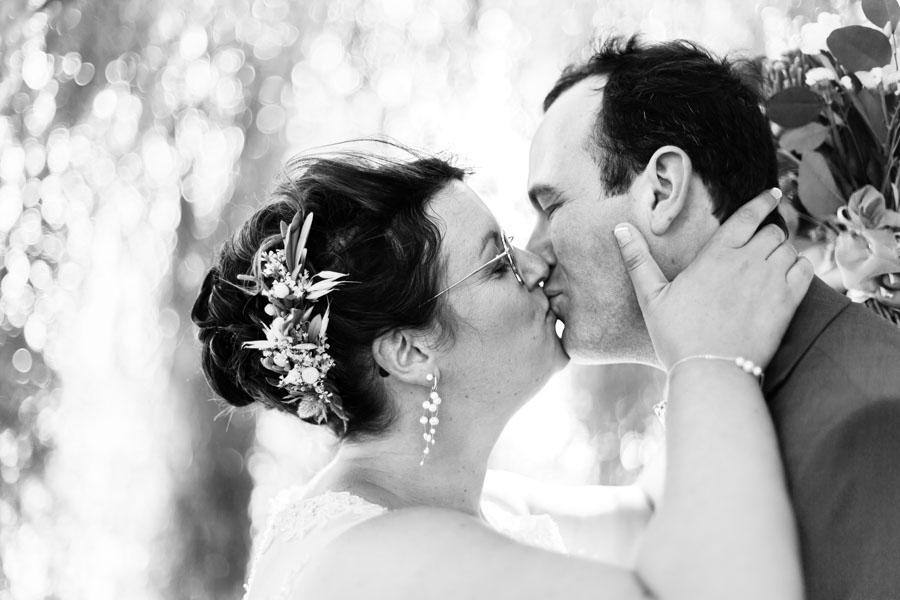 Photo de couple de mariés s'embrassant saule pleureur