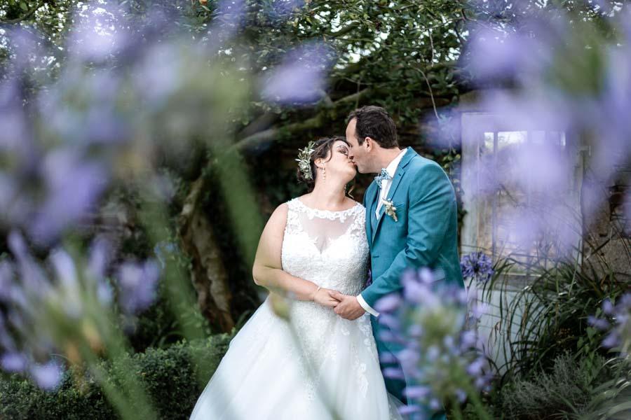 photo de couple des mariés dans les agapanthes lanmeur plouigneau