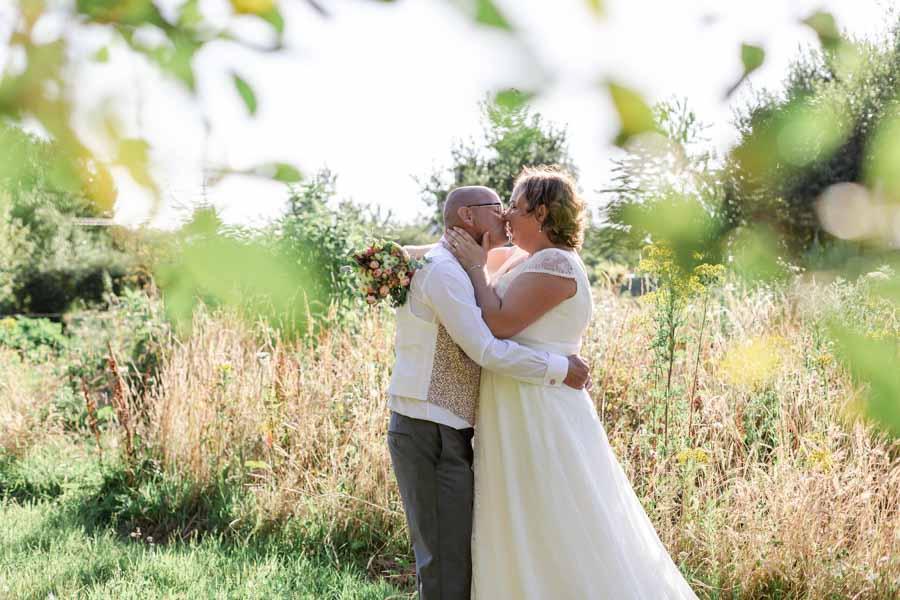 Photo de couple mariage champêtre pouldouran