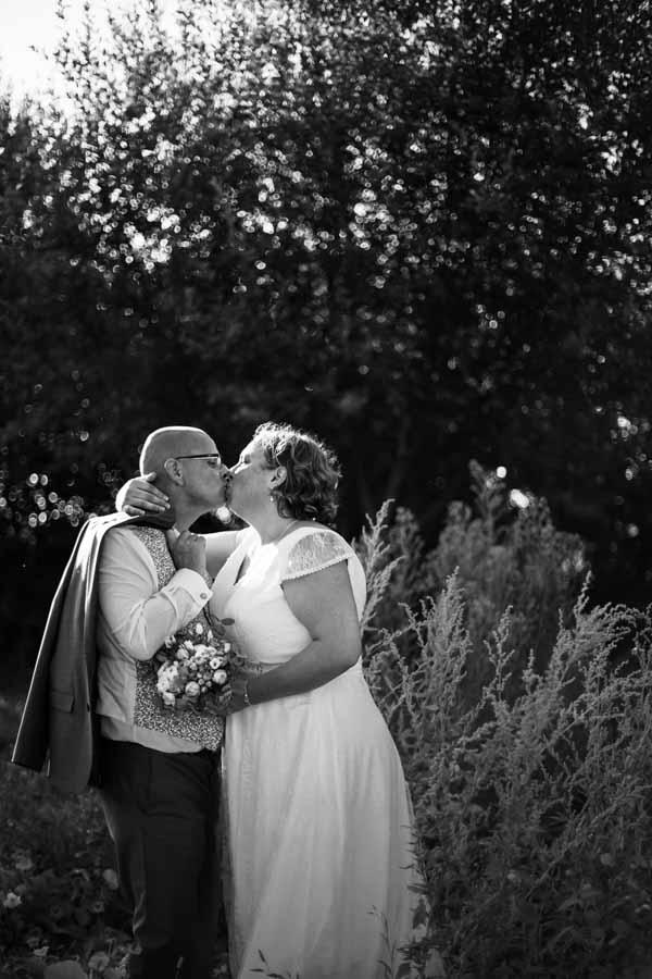 photo de couple des mariés ambiance champetre à Pouldouran