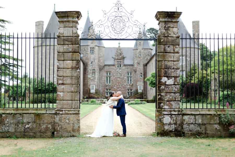Photo de couple mariage dans l'entrée du chateau de Kergrist Ploubezre
