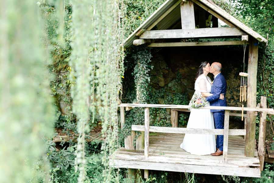 Photo de couple des mariés ambiance champêtre cabane cèdre au chateau de Kergrist Ploubezre