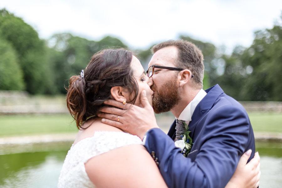 Photo de couple des mariés s'embrassant au chateau de Rosanbo Lanvellec