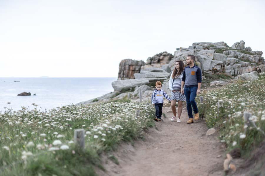 Photographie grossesse famille au gouffre de Plougrescant ensemble
