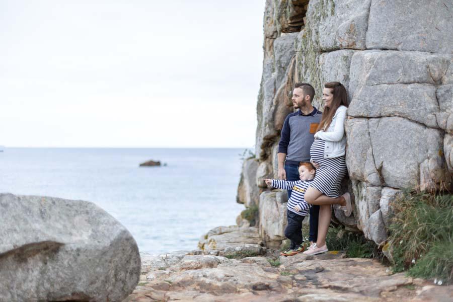 Photographie grossesse famille au gouffre de Plougrescant regard vers l'horizon