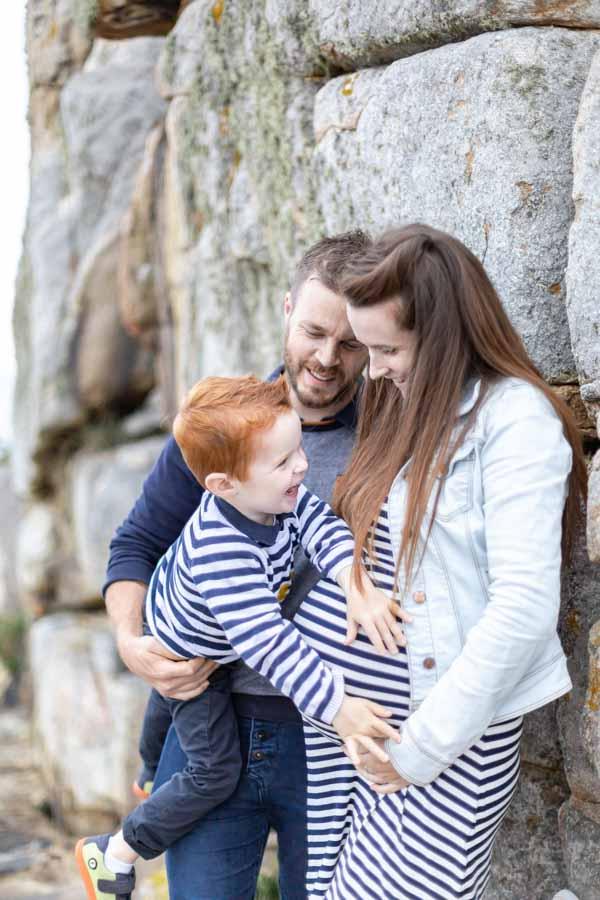 Photographie grossesse famille au gouffre de Plougrescant joie
