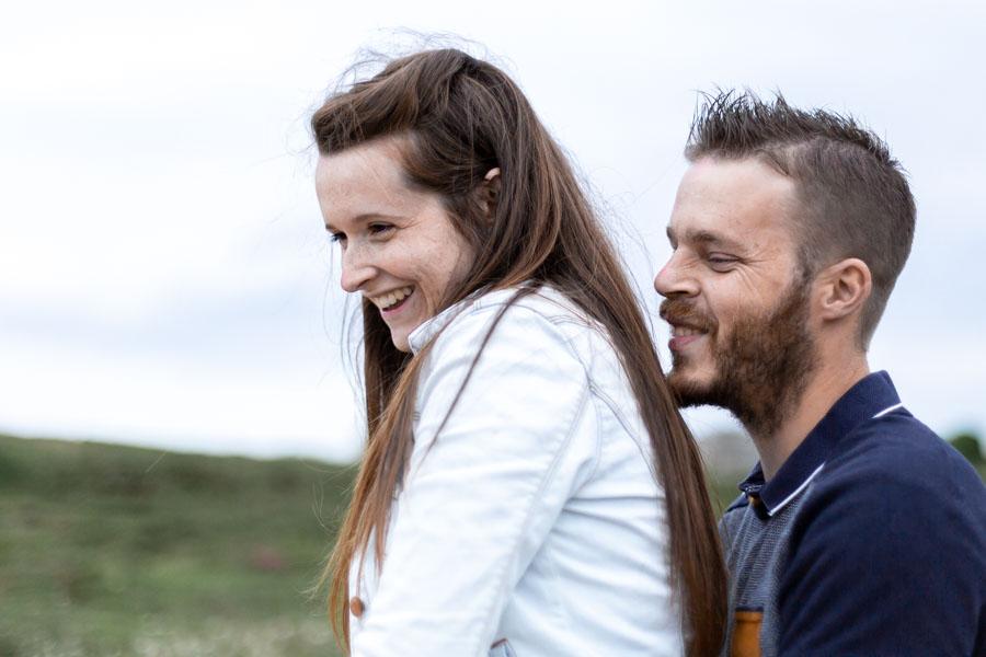 Photographie grossesse couple au gouffre de Plougrescant rire