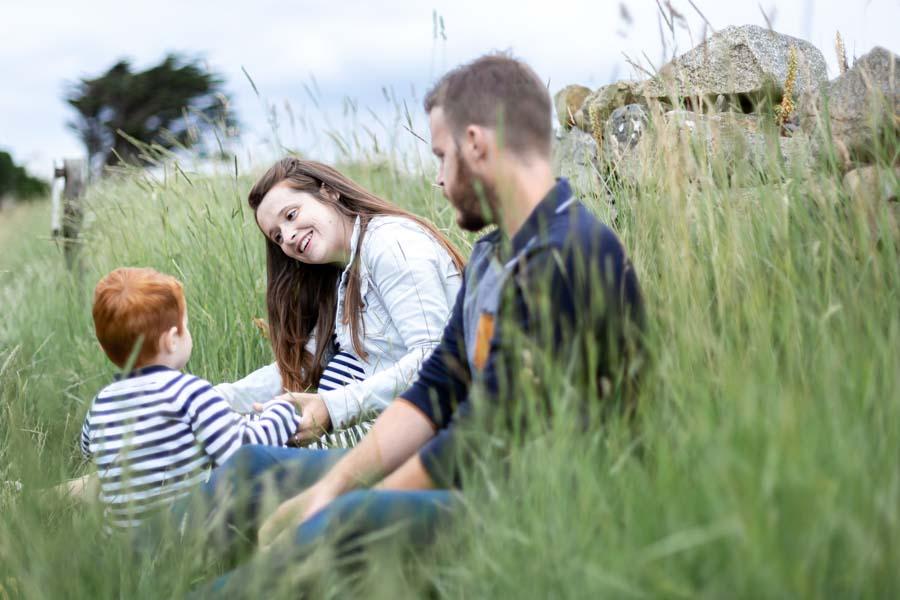 Photographie grossesse famille au gouffre de Plougrescant herbe sauvage