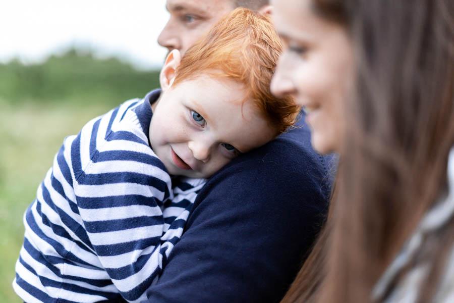Photographie enfant famille au gouffre de Plougrescant calin